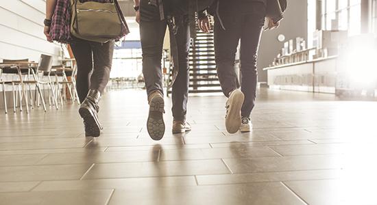 Opiskelijat kävellen käytävällä.