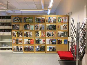 Kampuskirjaston aikakauslehtihylly Frami A-rakennuksessa