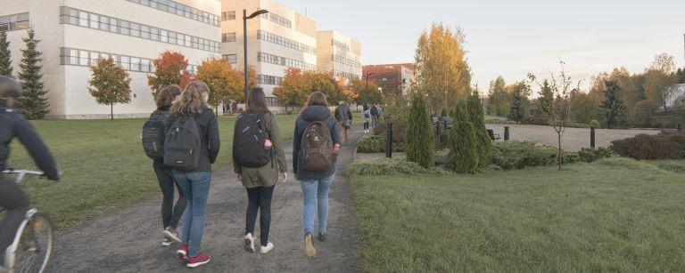 Kävelemässä kouluun.