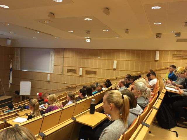 Opiskelijat kuuntelemassa luentoa
