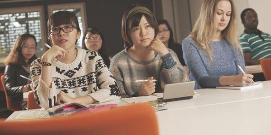 Opiskelijat luokassa luennolla Frami Kampuksella.