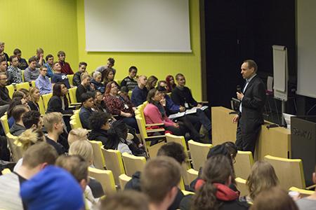Luento keltaisessa auditoriossa
