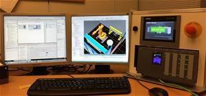 Siemens S7-1500 PLC ja HMI-paneeli ohjaavat virtuaalista 3D-mallia.