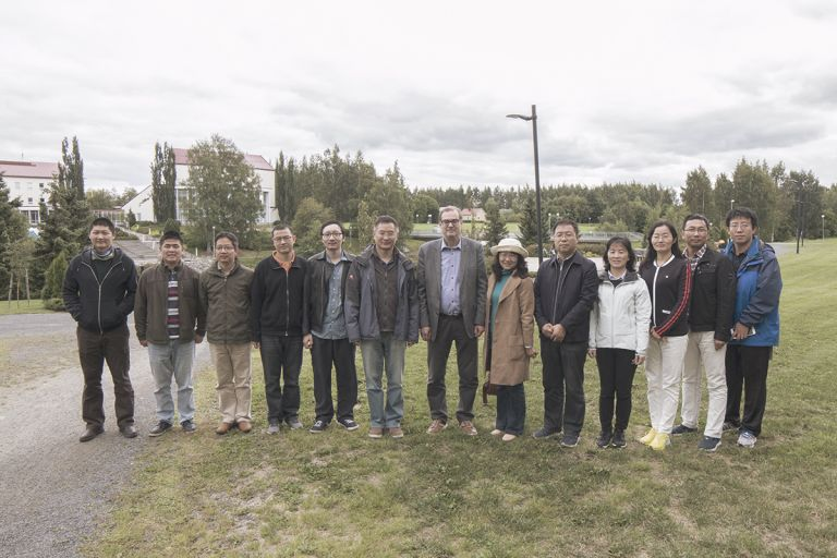 Kiinalaiset vieraat ryhmäkuvassa.