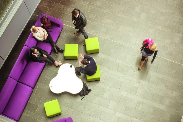 Opiskelijoita Frami F:n aulassa