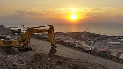 Auringonlasku Omanin työmaalla.