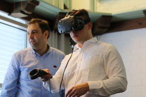 Ferdando Ubis Visual Components Oy:stä tutustutti hankeväkeä virtuaalimaailmaan.
