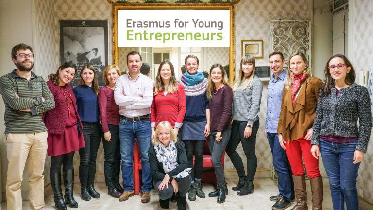 Kuvassa Erasmus for Young Entrenepreurs -ohjelman kansainvälistä tiimiä.