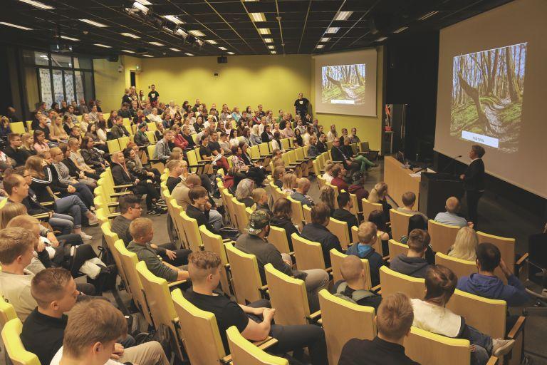 Uudet opiskelijat auditoriossa