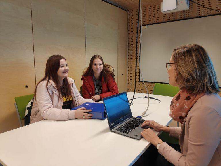 Sedun 3. vuosikurssin opiskelijat Pauliina Vainikainen ja Linda Ojala tutustuivat päivän aikana yksikön johtaja Leena Perämäen työhön.