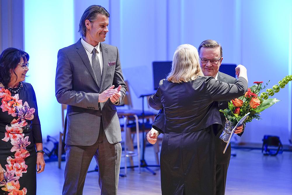 Tapio Varmolalle luovutettiin tilaisuudessa presidentin kirje neuvosnimityksestä.