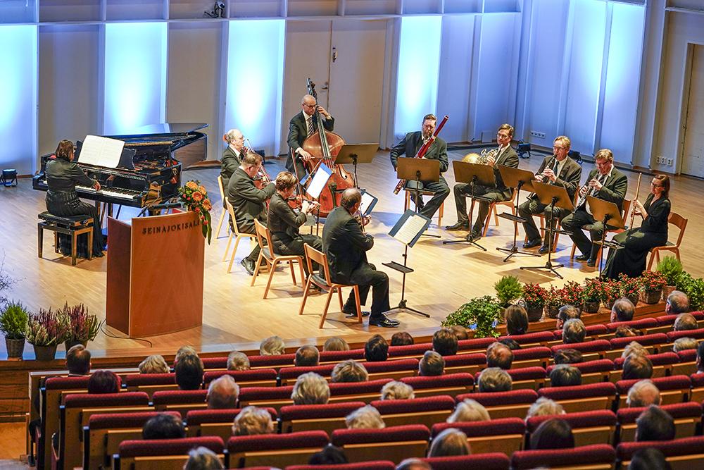 Seinäjoen kaupunginorkesteri on Tapio Varmolle läheinen. Varmola on toiminut muun muassa orkesterin johtokunnan puheenjohtajana.
