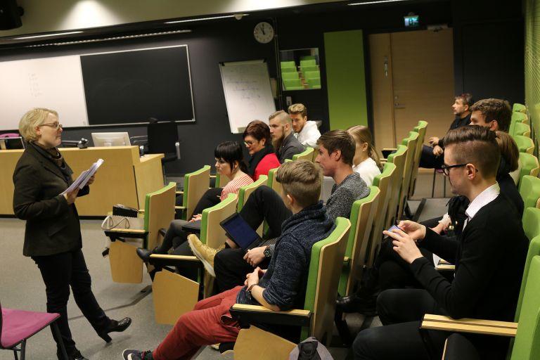 Klinikan kumppaniyritykset ja opiskelijat kävivät palautekeskustelun yhdessä tehtävien palautusten jälkeen.