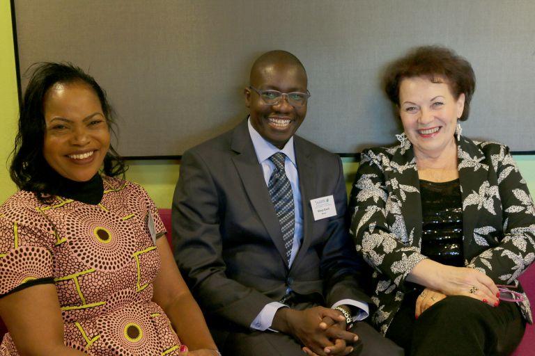 Kenialaiset Evayline ja David ja suomalainen Helinä istuvat vierekkäin.