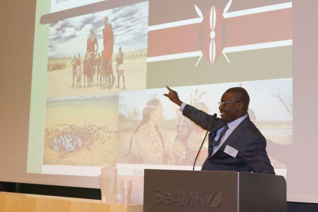Dr David Omondi Okeyo luennoi.