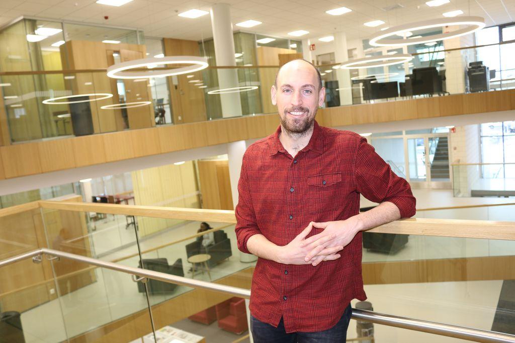 Tim Beeris, opettaja Saxionista, kampustalon aulassa.