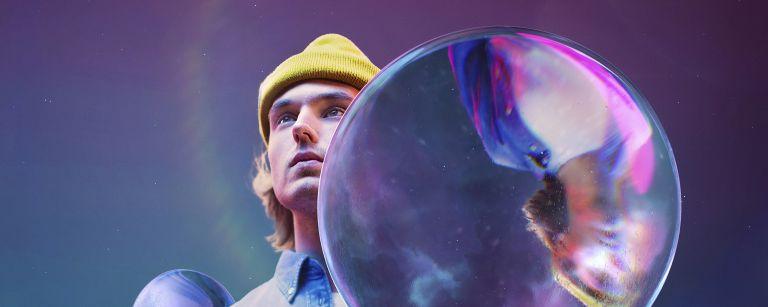 Pipopäinen poika pitää kädessään planeetan näköistä palloa.