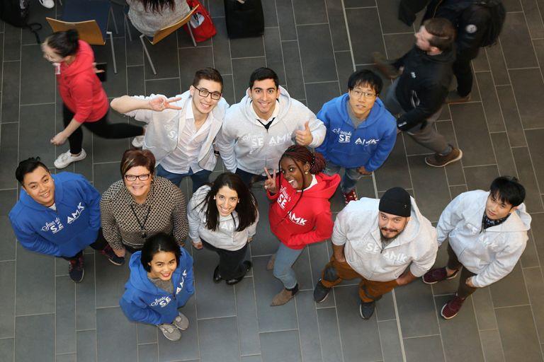 Ryhmä opiskelijoita kuvattu ylhäältäpäin.
