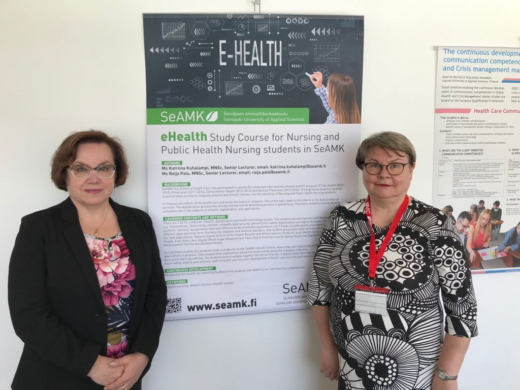 Artikkelin kirjoittajat Katriina Kuhalampi (vas.) ja Raija Palo (oik.) esittelemässä eHealth- posteriaan Cohehre- konferenssissa 2019