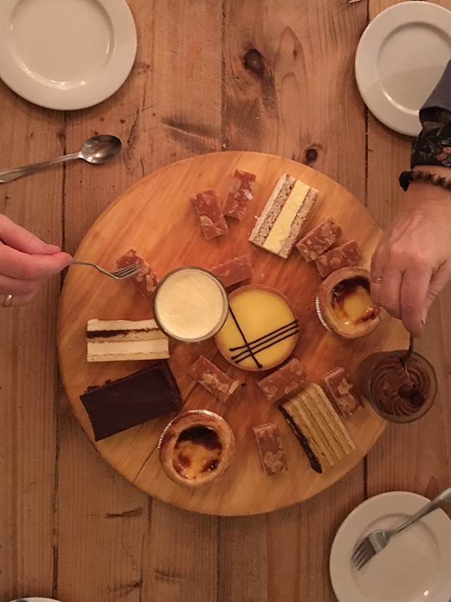 Ruokailu yhteisessä pöydässä.