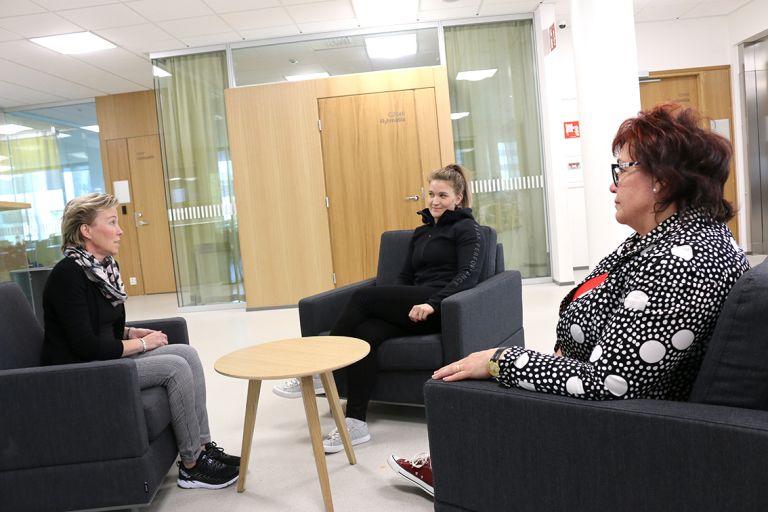 Eija Liikamaa, Kaisa Kumpula ja Sari Oja-Lipasti keskustelevat Kampustalolla.