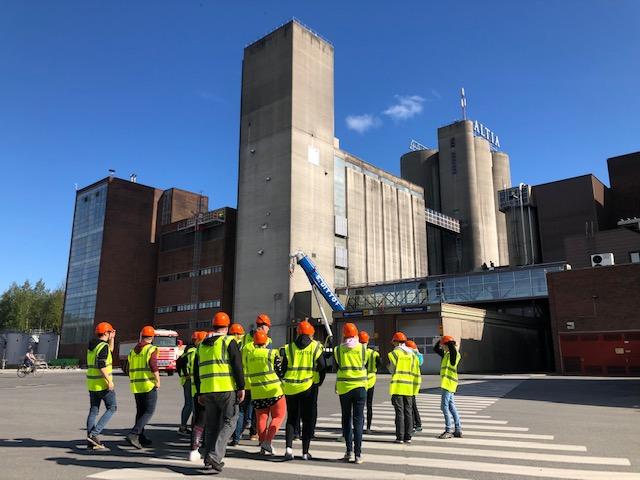 Kuvassa oppilaat yritysvierailulla Altian tehtaalla.