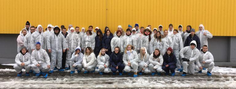 Ryhmäkuva agrologeista haalareissa Virossa.