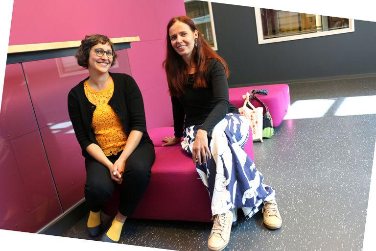 Terhi Hautaluoma ja Johanna Mäkelä istuvat luentotauolla Frami kampuksen aulassa.