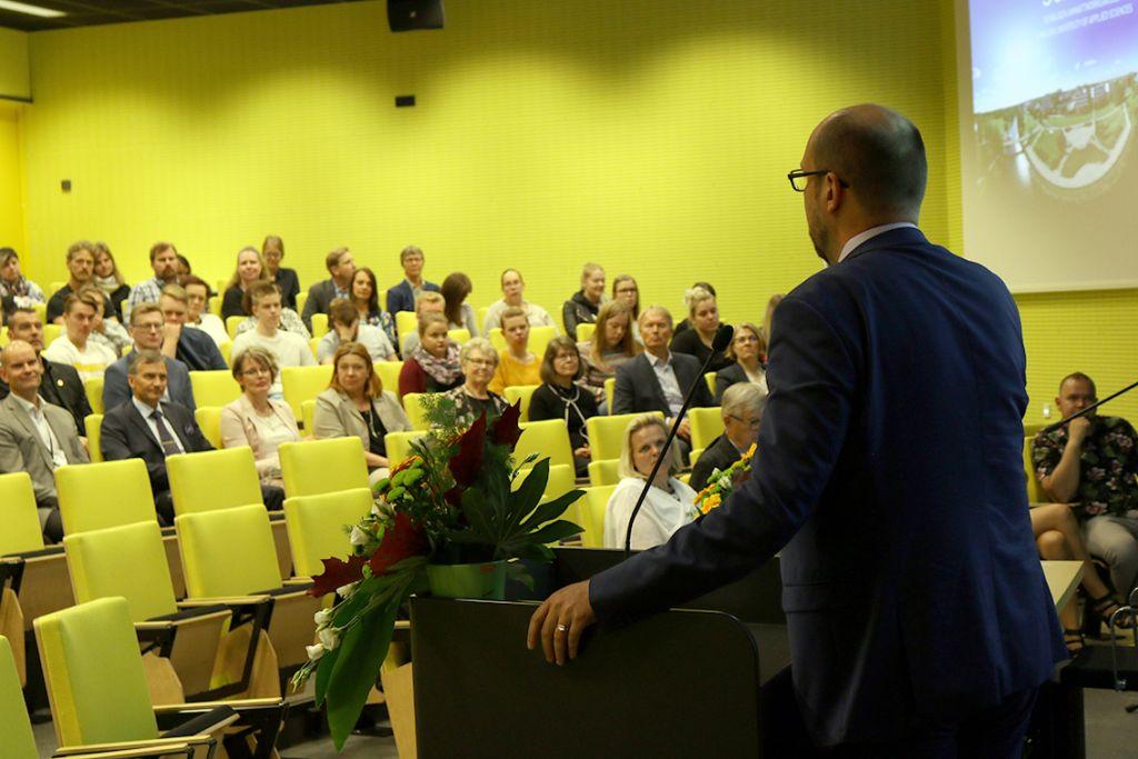 Tuomo Puumala puhujanpöntössä