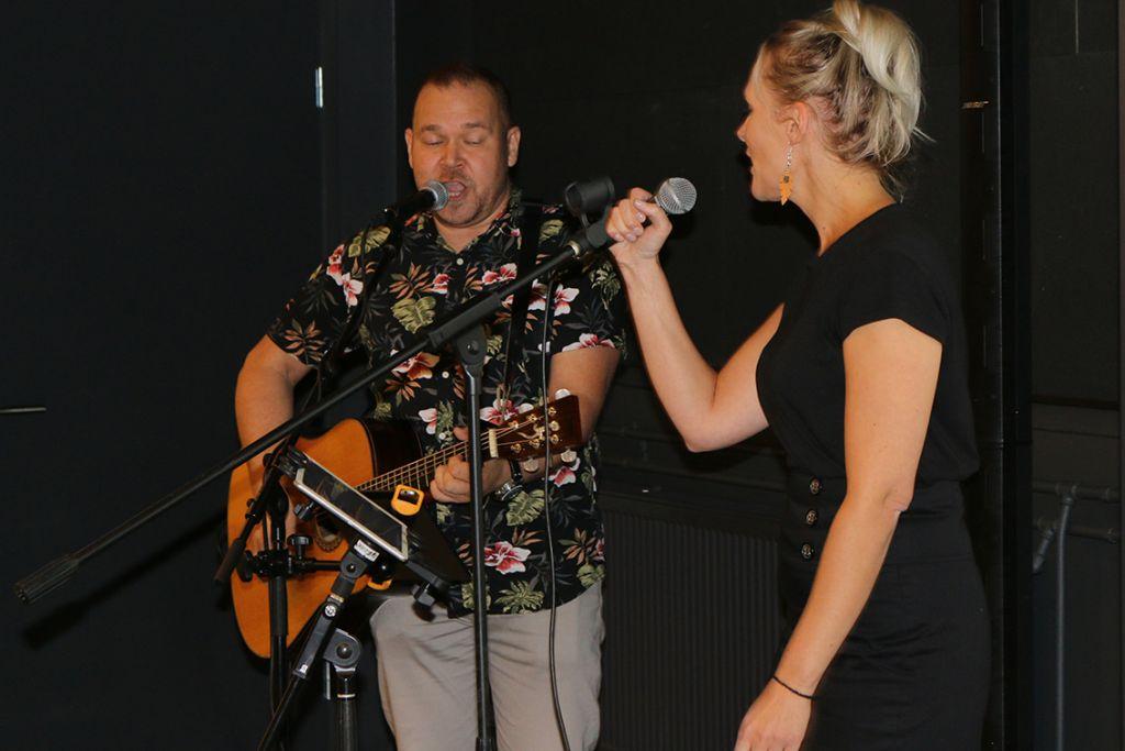 Anne Vihelä ja Tomi Lähdesmäki Duo viritti juhlayleisön tunnelmaan.