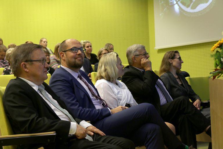 Valtiosihteeri Tuomo Puumala (toinen vasemmalta) vieraili SeAMKin vieraana lukuvuoden avajaisjuhlassa.