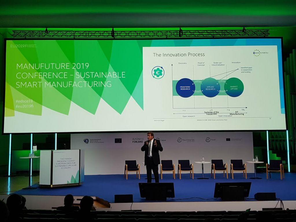 Manufuturen hallituksen puheenjohtaja professori Heinrich Flegel esittelee Manufuren visiota vuodelle 2030.