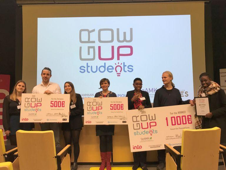 GrowUp Students -kilpailun palkitut palkintosekkien kanssa.