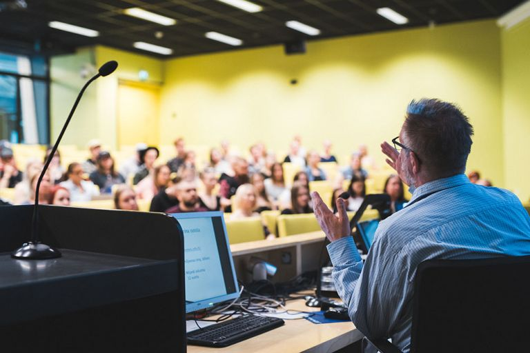 Kuvaa luennolta SeAMKin Frami F:n isosta auditoriosta