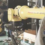 Kaksi teollisuusrobottia toiminnassa laboratoriossa.