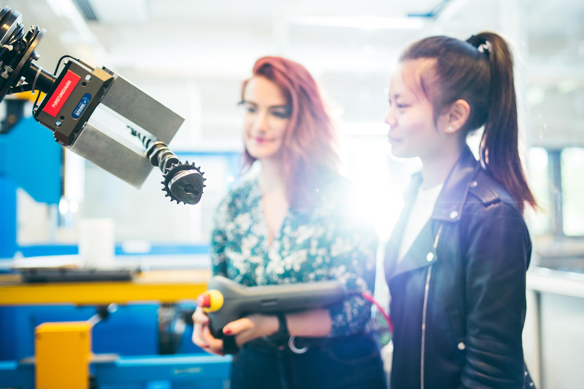 Opiskelijoita tutustumassa tekniikan labraan