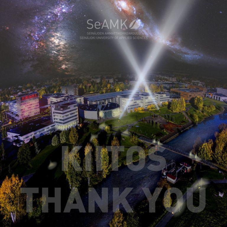 Frami Kampus iltavalaistuksessa ylhäältä kuvattuna. Kuvankäsittelyllä kuvaan on lisätty näkyviin tähtiä, tähtisumua ja kaksi valonheittimen valokeilaa.