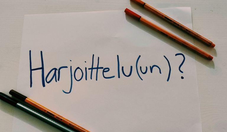 Paperille kirjoitettu sana harjoitteluun.