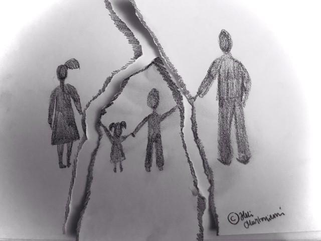 Piirroskuva, jossa kaksi aikuista pitää kahta lasta käsistä.