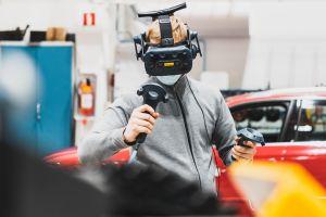 Opiskelija käyttää auto- ja työkonetekniikan laboratorion laitteita.