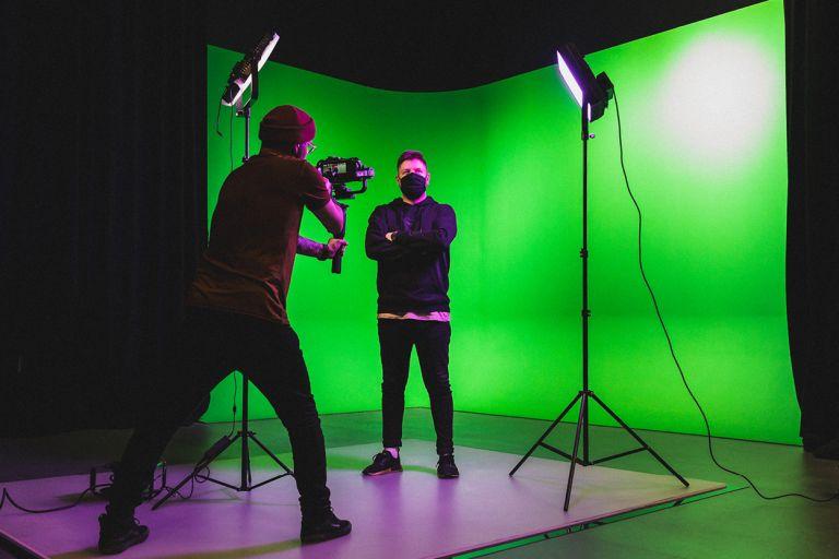 Kaksi opiskelijaa kuvaussessiossa kulttuurialan studiossa.