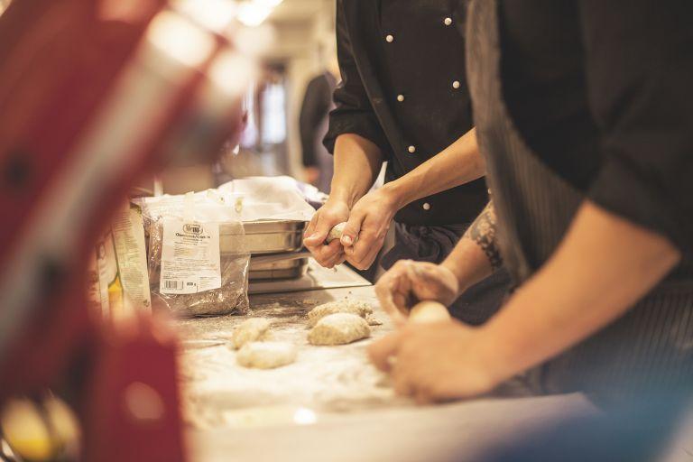 Restonomiopiskelijat leipovat leipää.