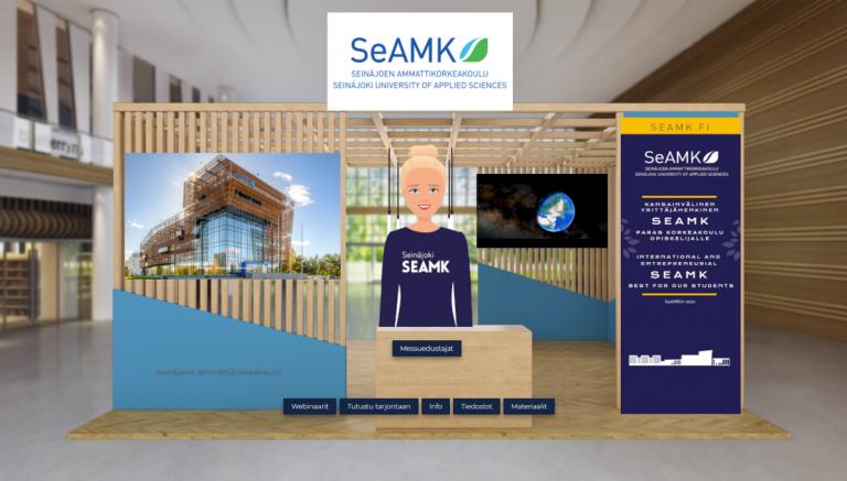 Puinen messuosasto virtuaalisessa messutilassa. Osastolla seisoo animoitu naishahmo sinisessä SeAMK-paidassa.
