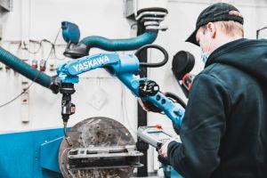 Kone- ja tuotantotekniikan laboratoriossa koneen käyttöä.
