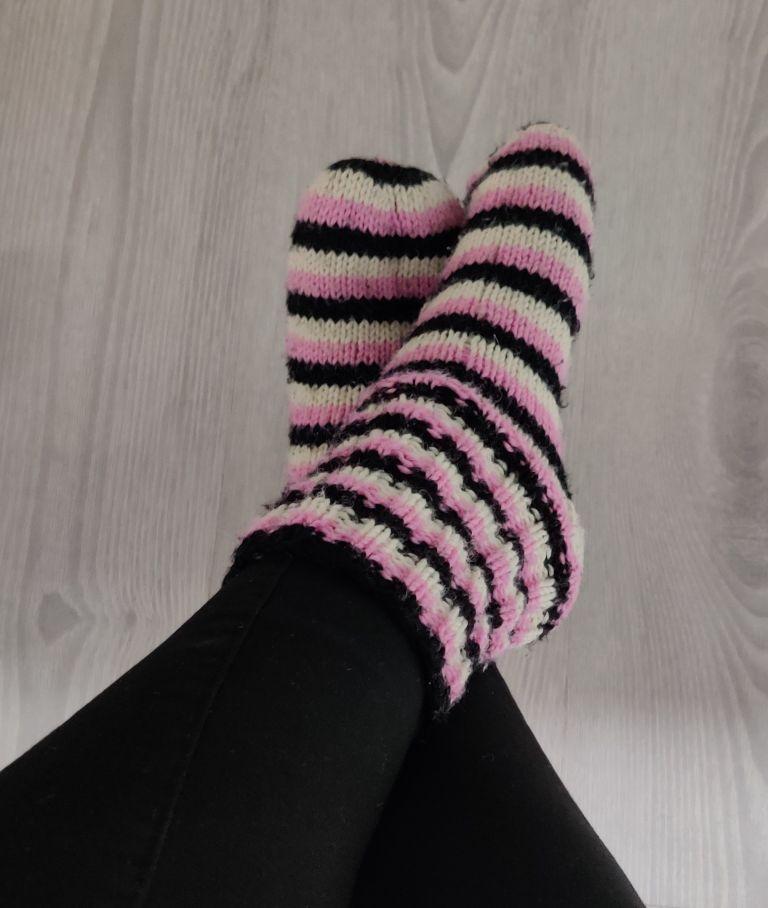 Raitaiset villasukat jalassa.