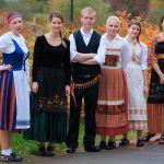 Opiskelijoita kansallispuvuissa./ Students in national costumes.