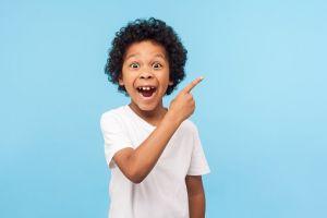 Lapsi osoittaa sormella yläviistoon.