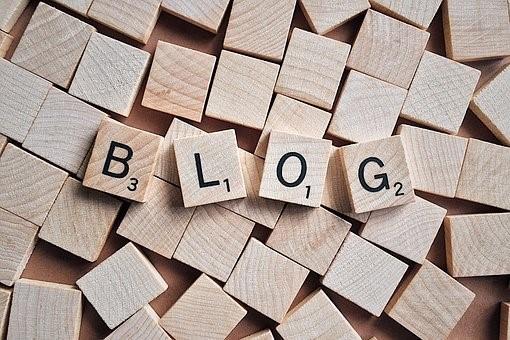 Puupalikoita, joissa olevista kirjaimista muodostuu sana blog.