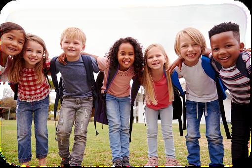 Monta lasta seisoo vierekkäin kädet toisten kauloilla.