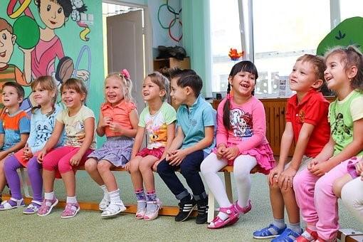 Lapsia istuu penkillä.